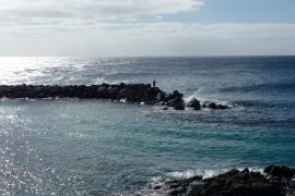 Angler im Gegenlicht auf Lanzarote